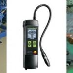 7 Technicy serwisowi ustalają, czy ilość czynnika w obwodach chłodniczych jest prawidłowa. Podczas inspekcji urządzeń za pomocą detektora testo 316 kontrolują szczelność urządzenia (Fot. Testo)