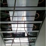 6 Elementy sufitów grzewczych/chłodzących znajdują się za sufitem podwieszanym, wykonanym z perforowanych płyt gipsowo-kartonowych