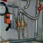 7 6-drogowy zawór regulacyjny podłączony do instalacji (za panelem sufitu podwieszanego, w korytarzu)