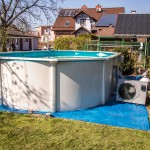 Zastosowanie pompy ciepła dla podgrzewania wody w basenie nie wymaga prowadzenia długich przyłączy jak np. z kotła w domu. Nie są także wymagane specjalne warunki zabudowy,  a urządzenie można łatwo zdemontować i przechować w zamkniętym pomieszczeniu poza sezonem korzystania z basenu (lub zabezpieczyć i zostawić na zewnątrz także na okres zimowy)